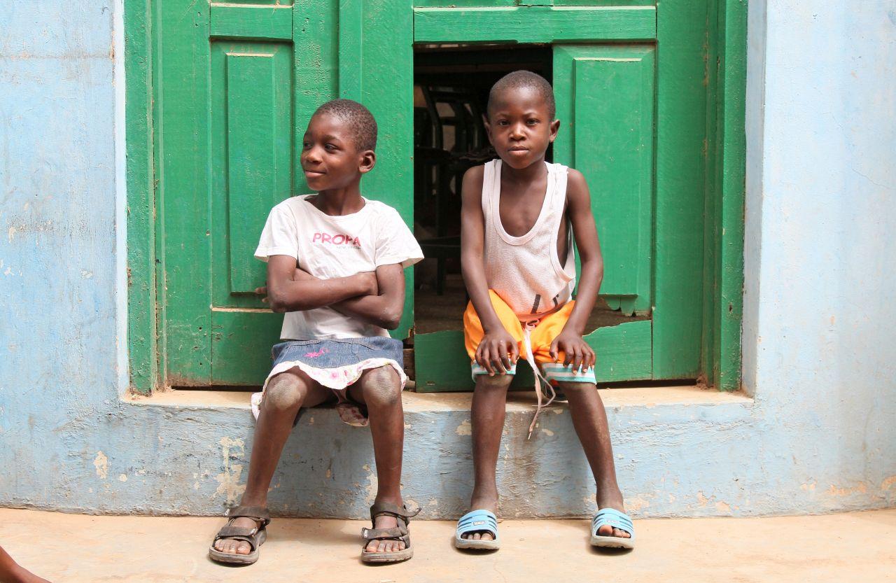 Zwei Kinder - zwei hoffnungsvolle Blicke in die Welt