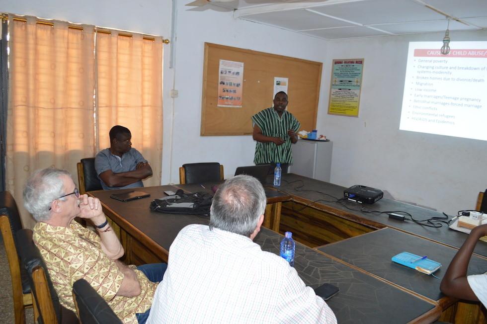 Joe Ayembilla, der Direktor des Sozialwerks informiert über Fakten und Rahmenbedingungen